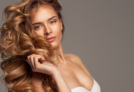 mooie vrouwen: Mode van blonde schoonheid met natuurlijke make-up