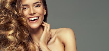 cabello: Retrato de la mujer sonriente rubia Foto de archivo