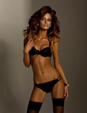 Sexy mulher morena posando de lingerie