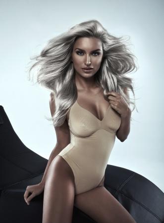 afrodita: Mujer atractiva con el pelo blanco en el estudio Foto de archivo