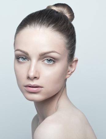 Temiz ve sağlıklı bir yüz ile güzel bir genç kadının portresi. Doğal Makyaj