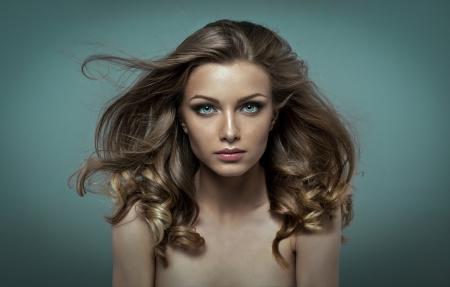 Beleza com perfeita maquiagem e cabelo tremulando ao vento Imagens