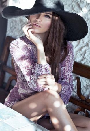 cổ điển: phụ nữ hấp dẫn mặc mũ đen lớn