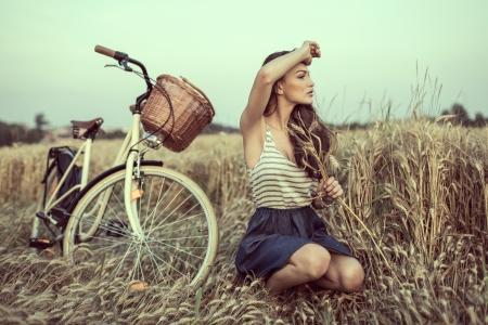 Mujer joven en el campo buscando a alguien Foto de archivo - 21459812
