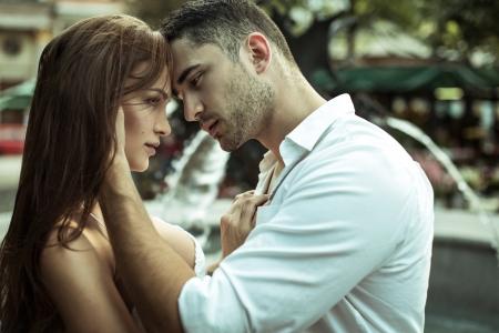 zoenen: Het jonge paar kussen elkaar op de straat