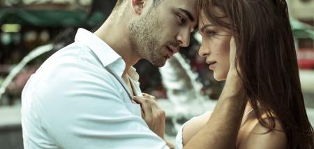Sokakta çift öpüşme