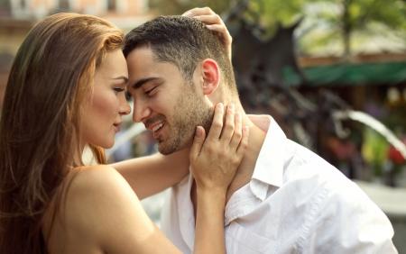pareja besandose: Sonriente pareja besándose