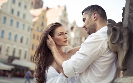 verlobt: Junge sinnliche Paar umarmt einander