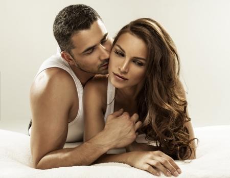 sex: Nettes Paar auf dem Bett liegend