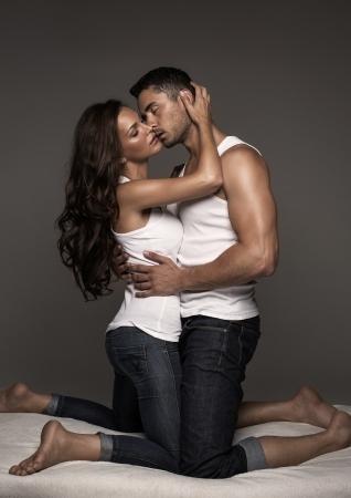 sexo pareja joven: Pareja bes�ndose en la cama Sexy