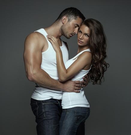 young couple sex: Чувственный человек обнимает красивая молодая женщина