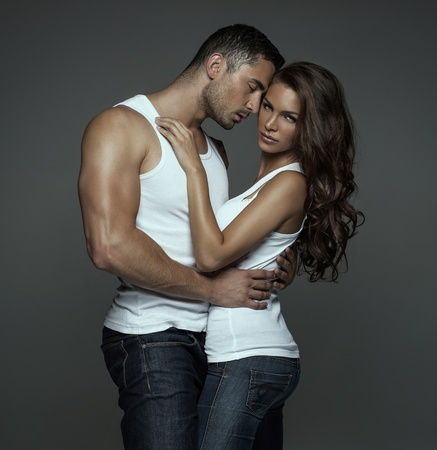 sexo pareja joven: Sensual Hombre abrazos mujer joven y bella Foto de archivo