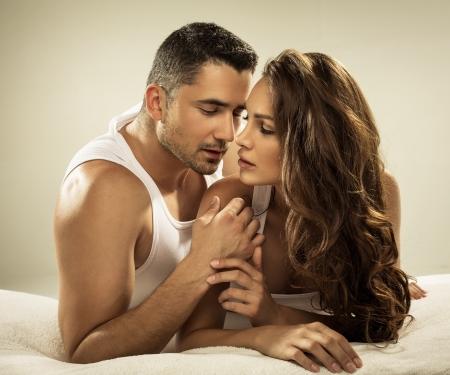 sexo pareja joven: Joven pareja feliz en la cama Foto de archivo