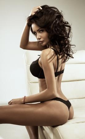 mujer sexy: Belleza morena posando