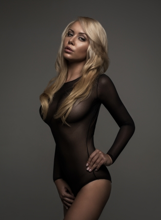 vrouw blond: Blonde vrouw in zwarte lingerie Stockfoto