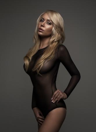 labios sensuales: Mujer rubia en ropa interior negro