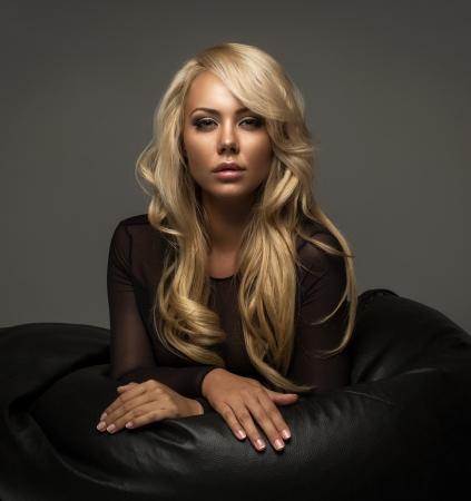 vrouw blond: Blonde vrouw met lang haar