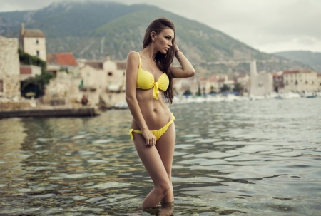 makeup model: Adatti il ??tiro di sexy donna che indossa costume da bagno giallo Archivio Fotografico