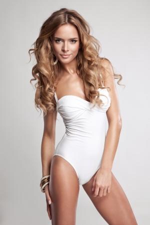 Sexy mulher em traje de banho