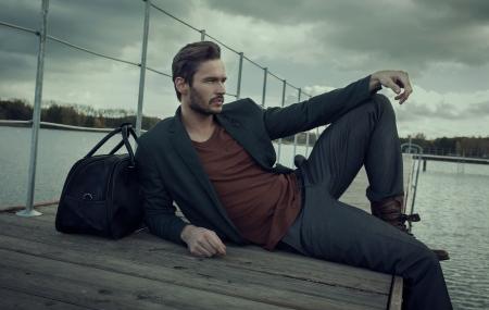 bel homme: Bel homme de repos Banque d'images