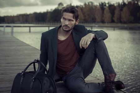 modelos hombres: Apuesto hombre de negocios de descanso