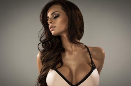 labbra sensuali: Sensuale bellezza bruna in biancheria intima