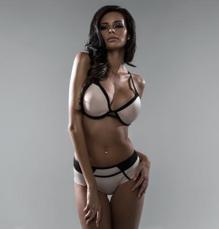 ropa interior femenina: Belleza latina usando lencer�a