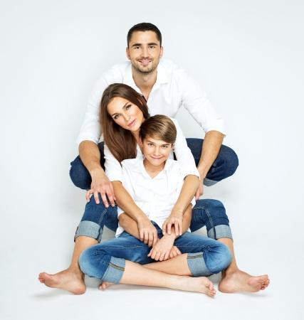 gar�on souriant: Jeune famille heureuse sur fond blanc