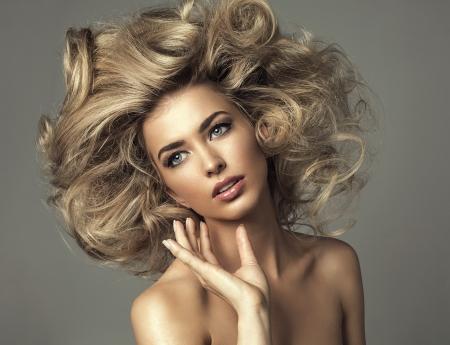 Mulher loura bonita com cabelos longos encaracolados
