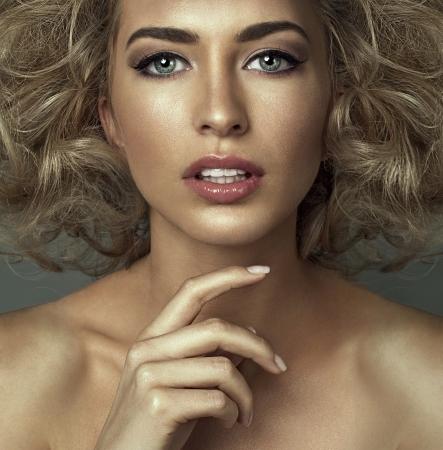 beaux yeux: Portrait d'une femme blonde avec de beaux yeux