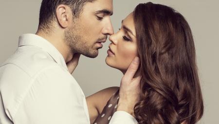 Portret van romantische paar aan te raken en kussen elkaar Stockfoto