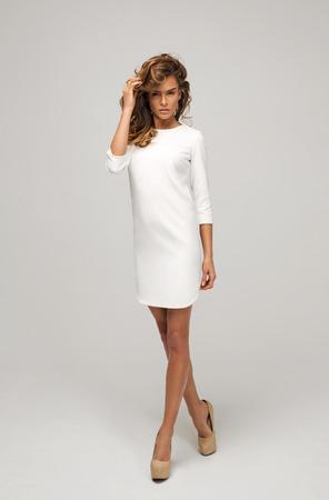 vestido blanco: Hermosa mujer con un vestido blanco Foto de archivo