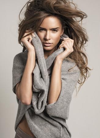 mujeres fashion: Retrato de moda de mujer hermosa