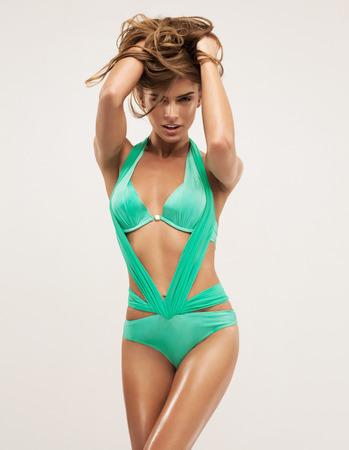 Modello di modo in costume da bagno verde Archivio Fotografico - 27070371