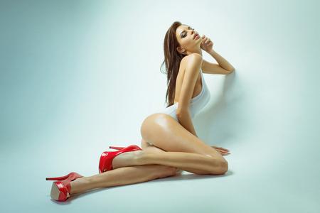 Сексуальная брюнетка позирует