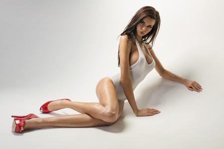 lenceria: Sexy cuerpo de la joven y bella modelo