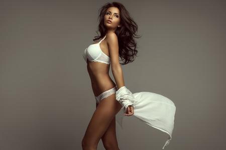 Retrato da mulher nova na roupa interior branca Imagens