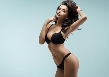 Sexy mujer en ropa interior negro