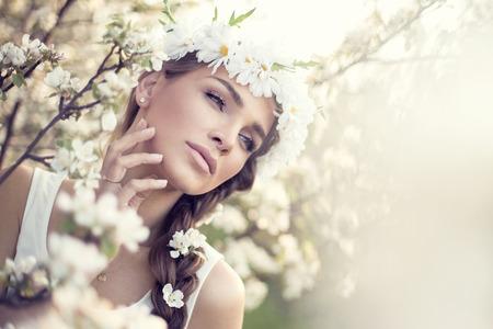Mooi portret van de vrouw in de tuin Stockfoto
