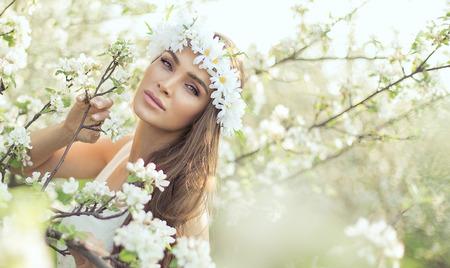 Mooie vrouw in de tuin