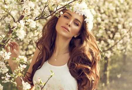 Mooie natuurlijke vrouw in de tuin van de appel Stockfoto