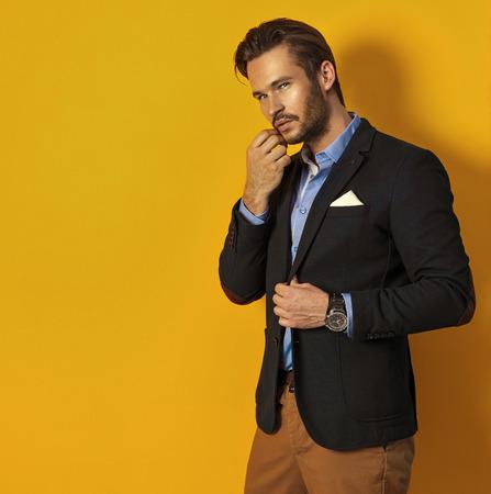 Knappe man op gele achtergrond