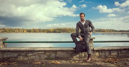 Foto panoramica di uomo bello sul lago