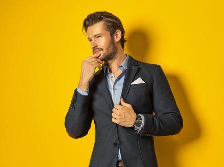 chaqueta: Hombre sonriente sobre fondo amarillo