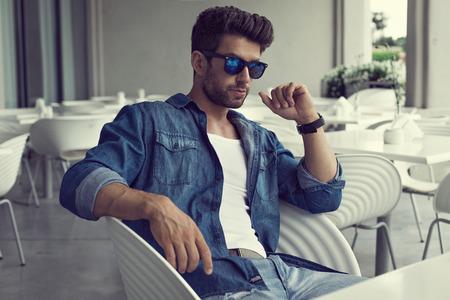 Hombre atractivo en gafas de sol Foto de archivo