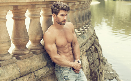 modelos masculinos: Hombre de la manera con un cuerpo perfecto posando al aire libre