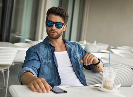 gafas de sol: Hombre joven y guapo con gafas de sol Foto de archivo