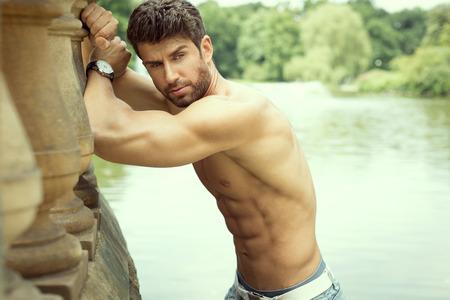 bel homme: Beau musculaire homme posant Banque d'images