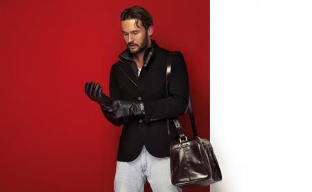 chaqueta: Hombre hermoso en ropa de otoño