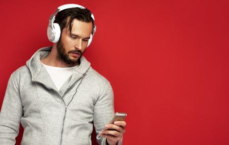 audifonos dj: Retrato de hombre joven con auriculares